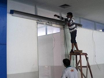 Pekerjaan Pemasangan Pintu DOUBLE SWING OTOMATIS